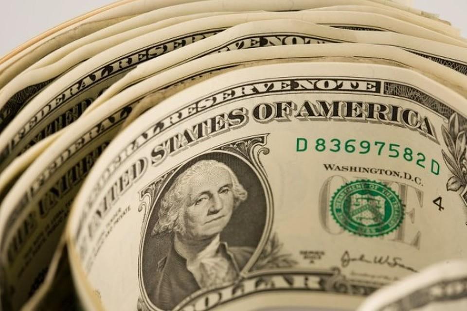 Курс доллара наторгах вовторник упал ниже 70 руб.