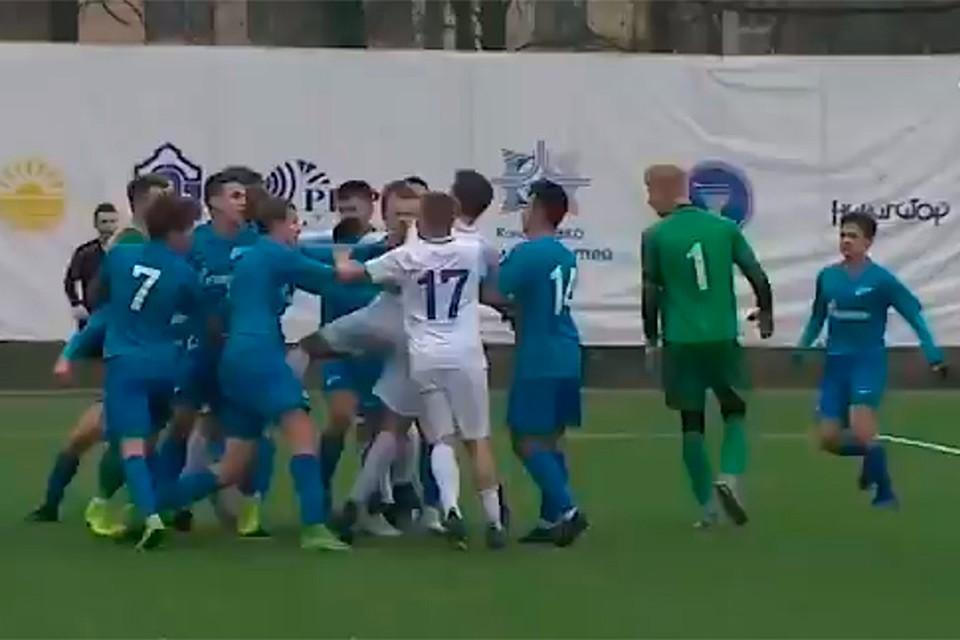Финал чемпионата Санкт-Петербурга закончился массовой дракой подростков. Фото: twitter.com/pavlov_plov