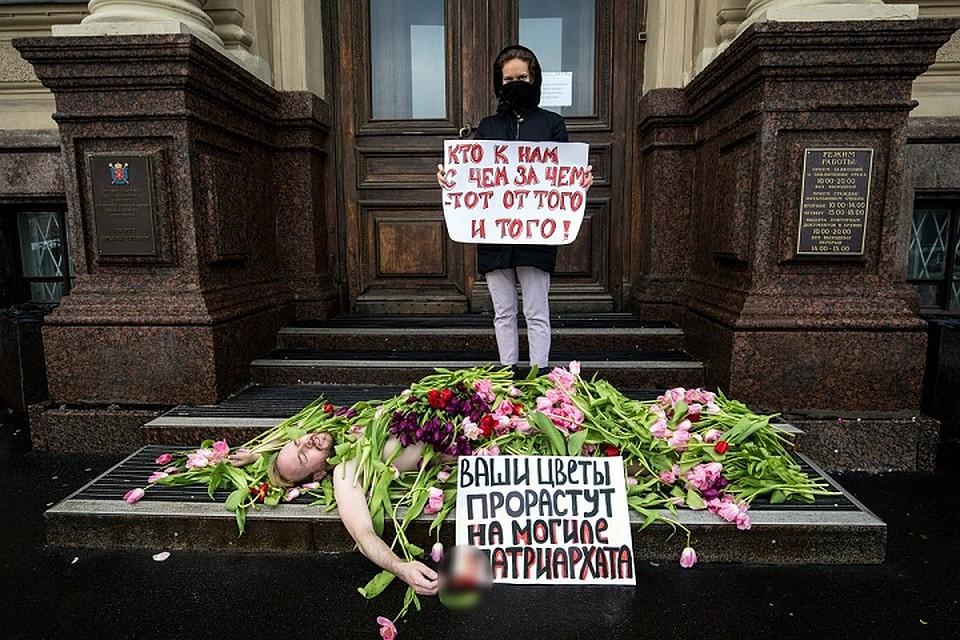 Впетербургское фем-кафе «Симона» вторглись мужчины сцветами