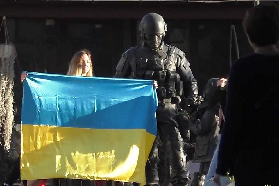 Постояльцы пожаловались хозяевам что вывешенные флаги ассоциируются у них с фашизмом