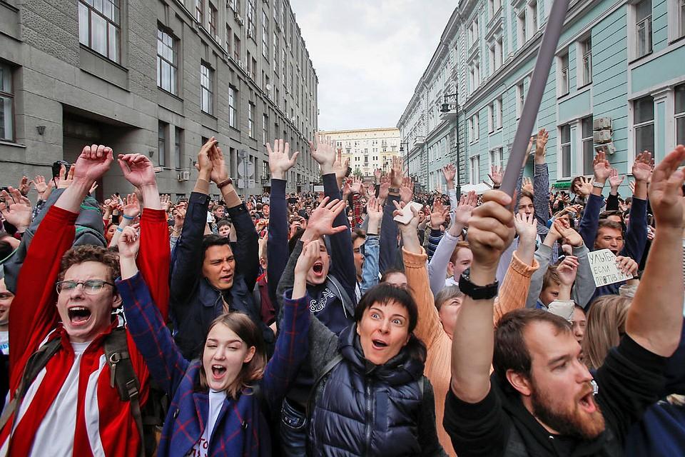 Несколько кандидатов в Мосгордуму вывели 14 июля на несанкционированный митинг своих сторонников.