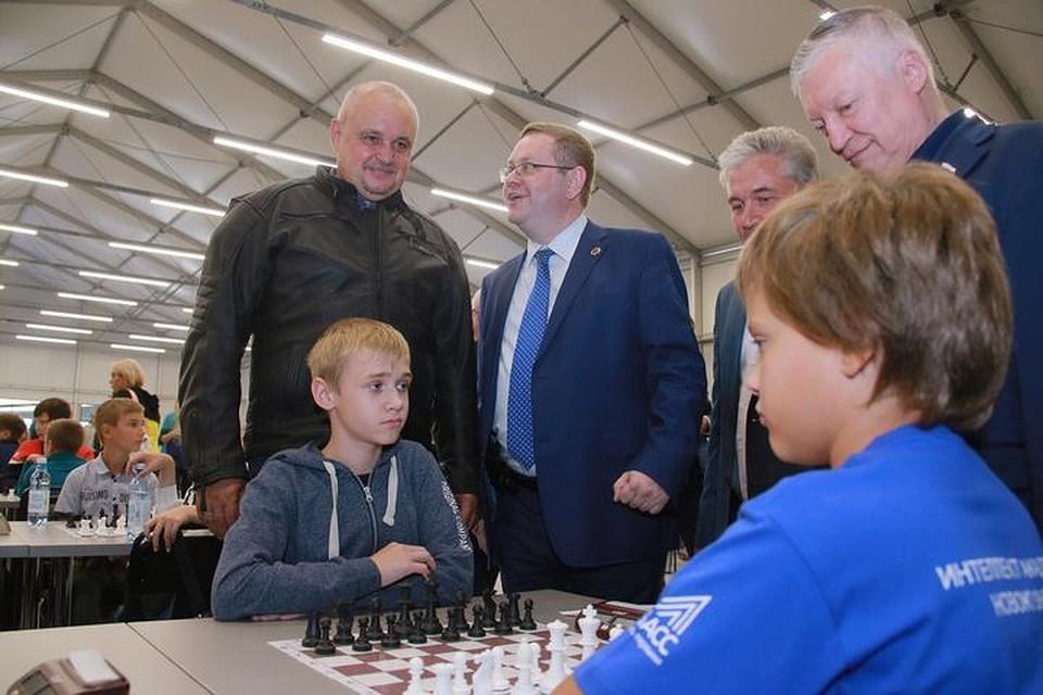 Кузбасс посетил легендарный шахматист— Дети ввосторге