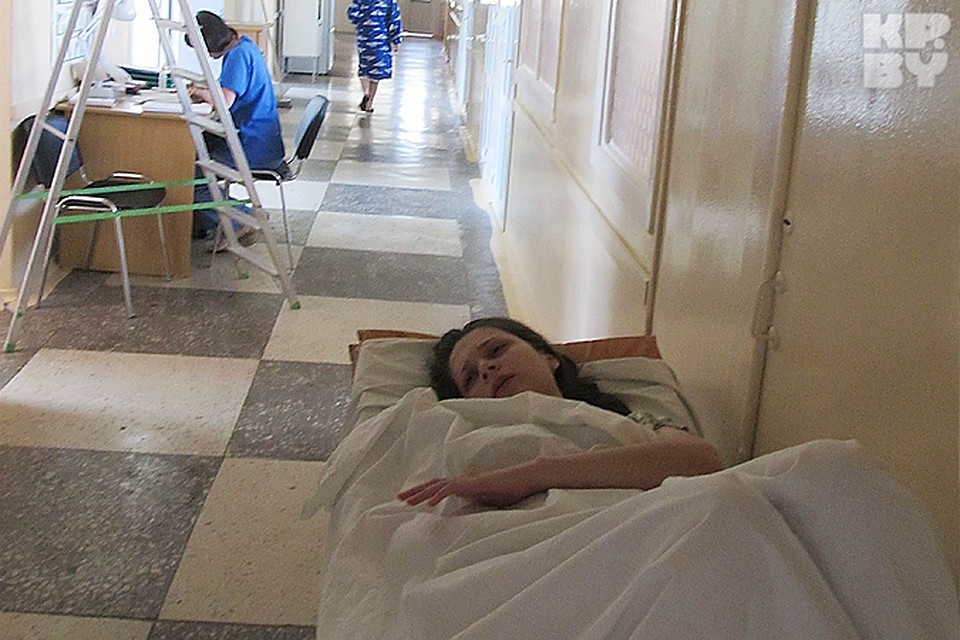 Инструкции врачей: Женщина после родов должна лежать в коридоре. Это написано в учебниках