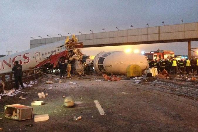 Ту-204 при посадке выехал за пределы ВПП, в результате чего произошло возгорание