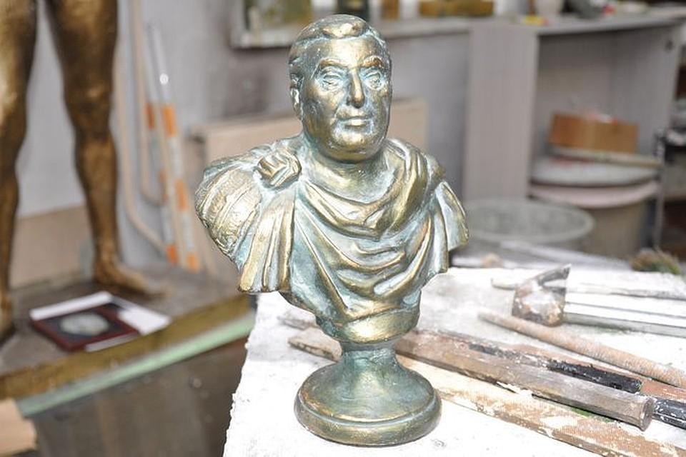 """Этот бюст Деду Хасану скульптор ваял несколько лет назад. Говорят, """"криминальному королю"""" очень приглянулась эта работа. Еще бы, он тут в образе Цезаря."""