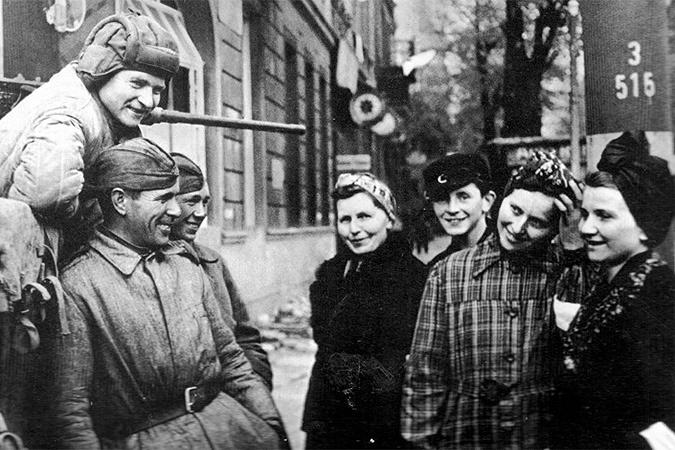 Первый день мира в Берлине. Советские солдаты общаются с мирными жителями.