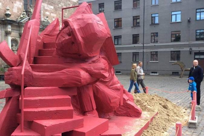 Скульптуру сделали светло-красной, чтобы дети не сильно пугались, когда будут катиться с горки.