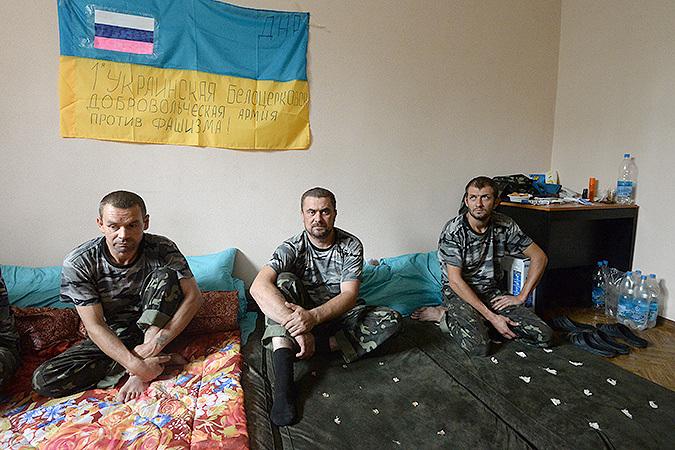 Июль 2014 г. Пленные военнослужащие украинской армии в штабе ополчения в городе Горловка Донецкой области.
