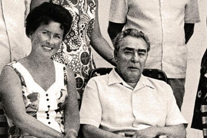 Нину Брежнев брал с собой во все поездки, в том числе заграничные. Дарил ей дорогие подарки и трепетал от ее умения делать массаж.