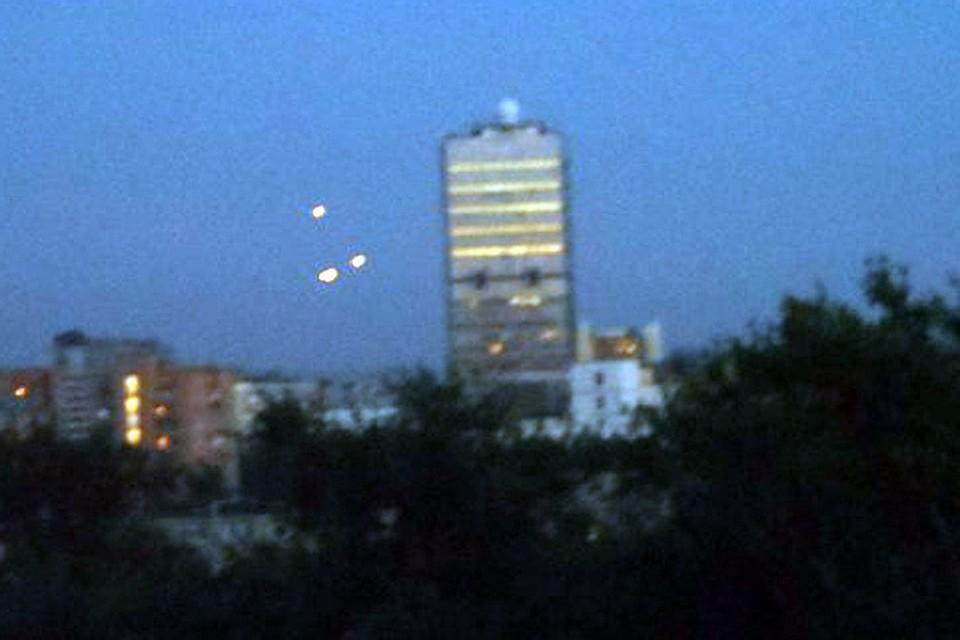 В ночь на среду сразу несколько москвичей стали свидетелями странного явления в небе над столицей. Фото: Алексей Тимофеев
