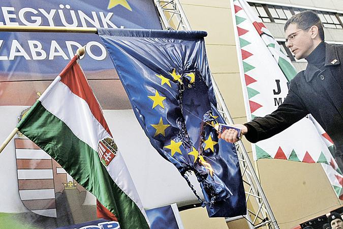 То, что в Венгрии сжигают флаг ЕС уже не новость. Новость в том, что там посматривают на восток. </br>Фото: EAST NEWS