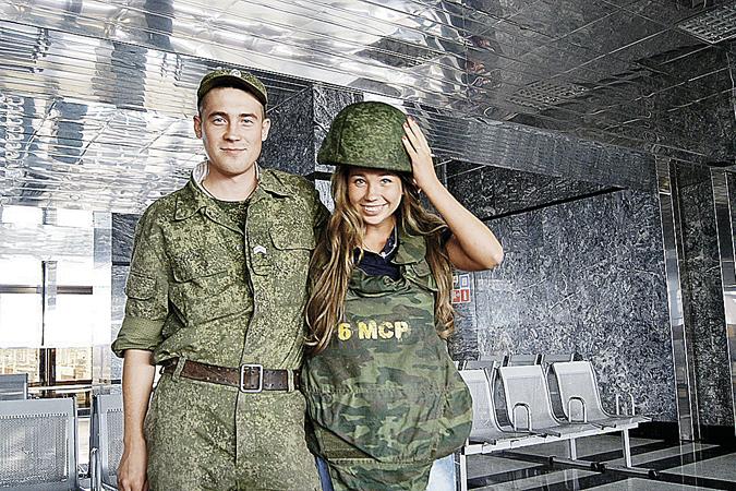 Артем Чечиков был годен для службы в армии (на фото он с родной сестрой Лизой). А перелета из Барселоны после медового месяца на перенес. </br>Фото: личный архив.