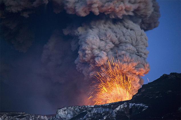 Спутниковый снимок, сделанный четыре года назад во время извержения исландского вулкана, демонстрирует распространение облака пепла