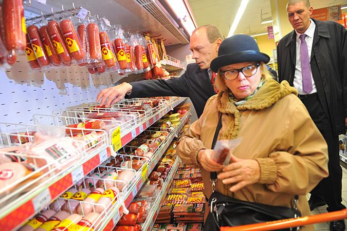 Люди задерживают руки над полками при покупке продуктов, а мимо некоторых стендов в супермаркетах проходят, не останавливаясь