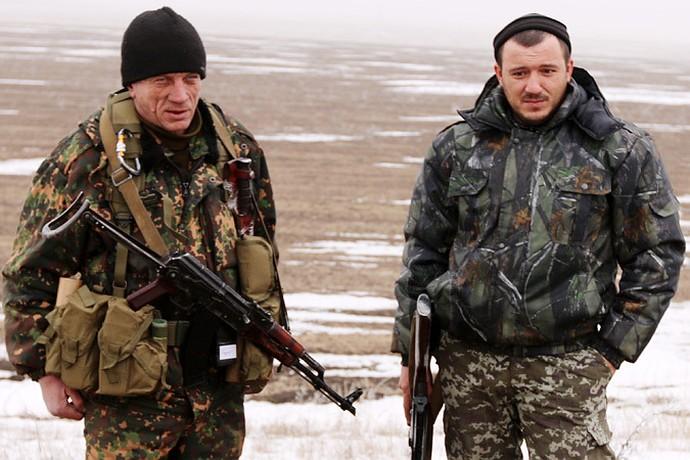 Боец армии ДНР, со срамным позывным «Секс» (слева) дает интервью прямо на древнем кургане