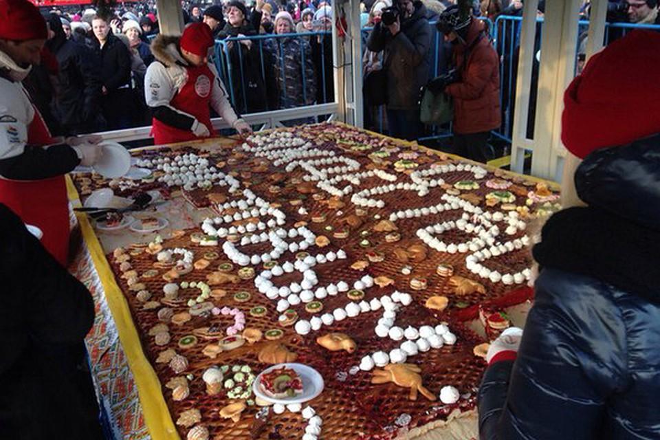 Гигантский пирог (4 на 2,5 метра – ред.) пекли двое суток Фото: оргкомитет фестиваля «Путешествие в Рождество»