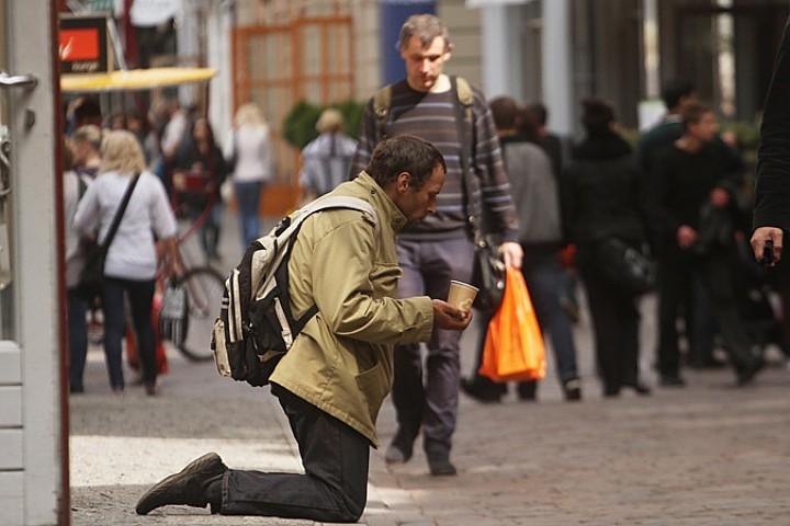 """Мы узнали у экспертов, насколько вероятно, что очередные страшные прогнозы оправдаются и 80% россиян окажутся в состоянии """"хронической бедноты"""""""