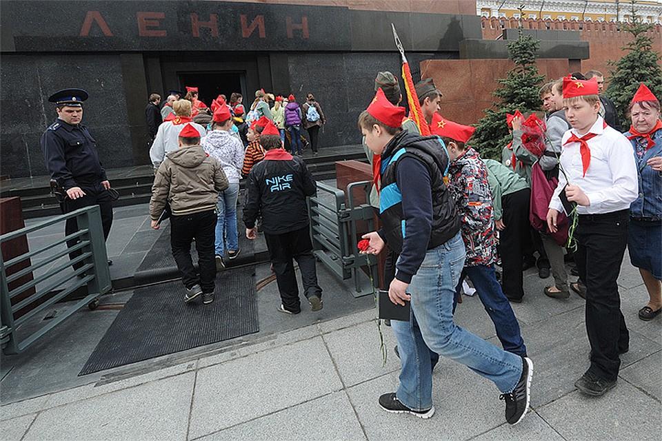Весна 2014 года, юные ленинцы в день 144-й годовщины со дня рождения вождя пролетариата отправляются возложить цветы к его мумии.