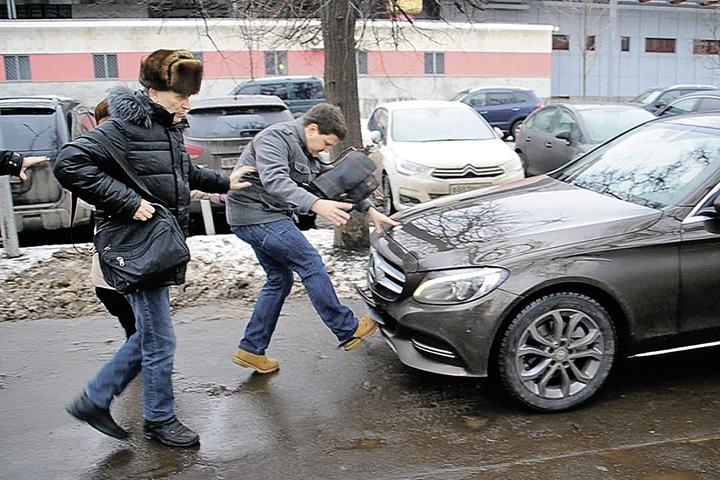 И водители едут, даже если на их пути пешеходы. Наш корреспондент едва не пострадал от такого наглого автомобилиста.