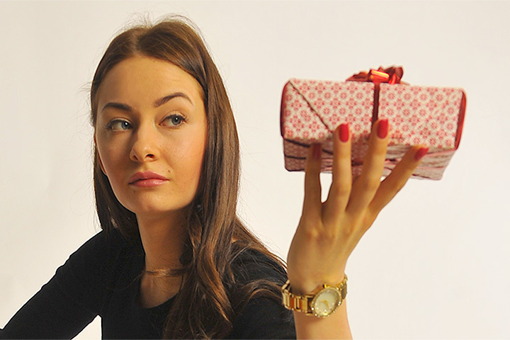 Милые дамы нередко предпочитают оставлять свою фантазию на причёски и не заморачиваются с подарками сильнополым ко Дню защитника Отечества.
