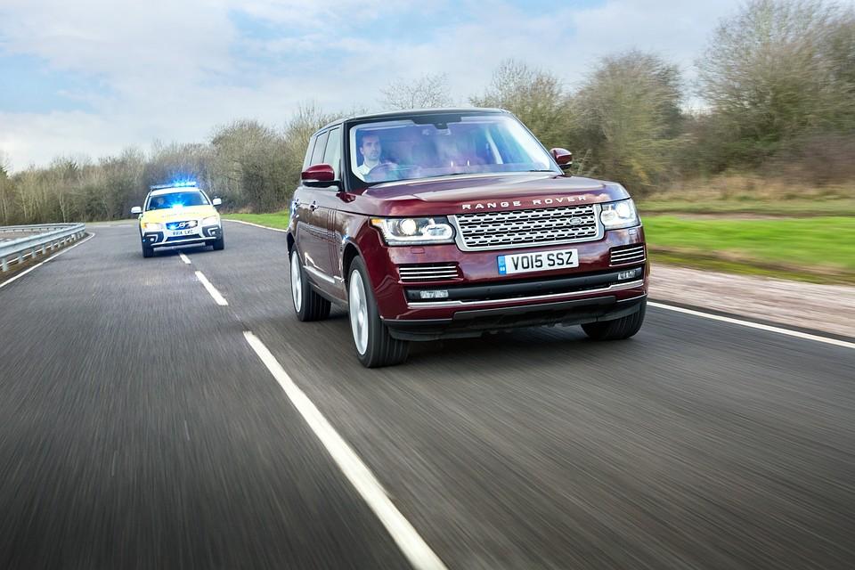 Задумавшись, главное не нарушать правила. Фото:  Land Rover