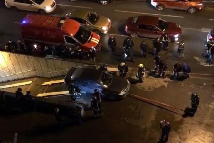 Спасатели достали Nissan, съехавший в подземный переход. Фото: скриншот видео