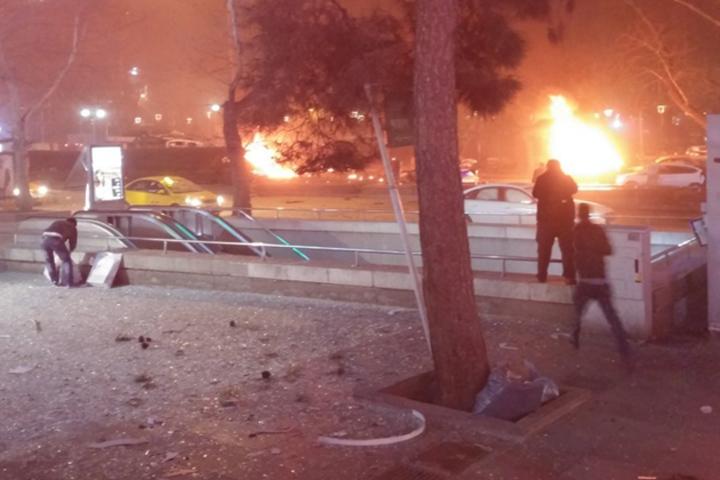 На месте взрыва загорелись машины. Фото:@TurkeysObserver/twitter.com
