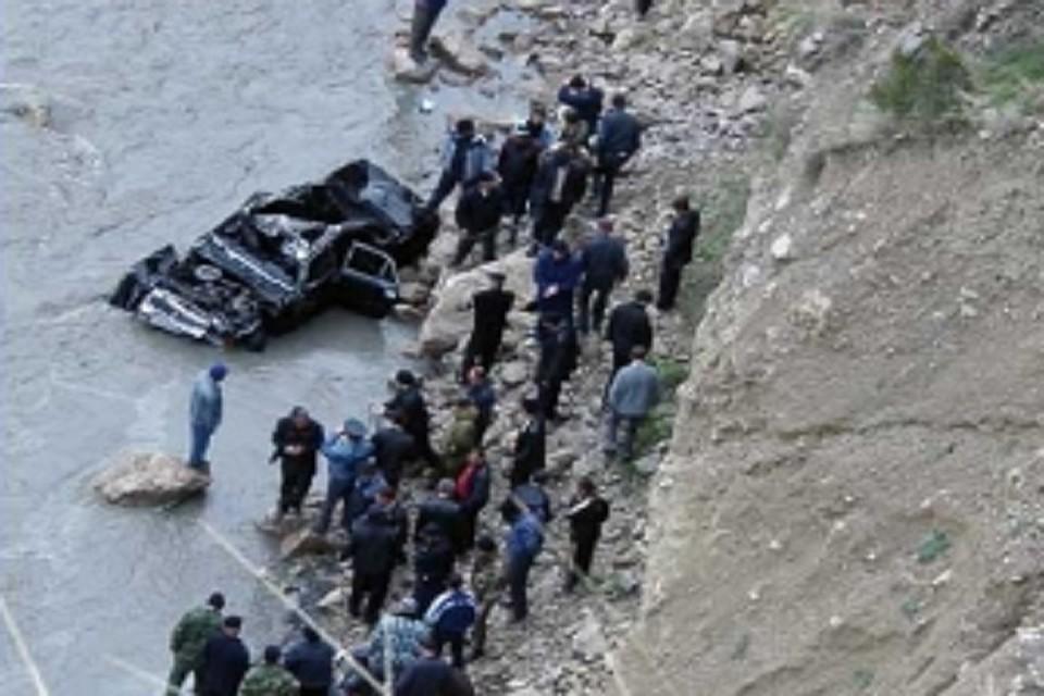 При падении автомобиля вреку вДагестане погибли двое детей