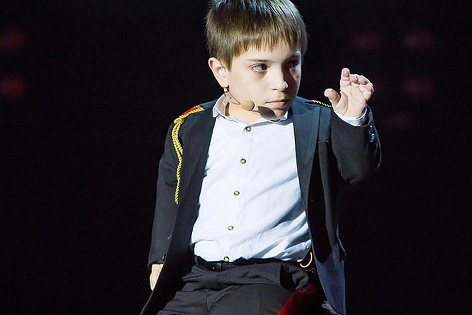 """Данил Плужников на сцене """"Голос. Дети""""."""