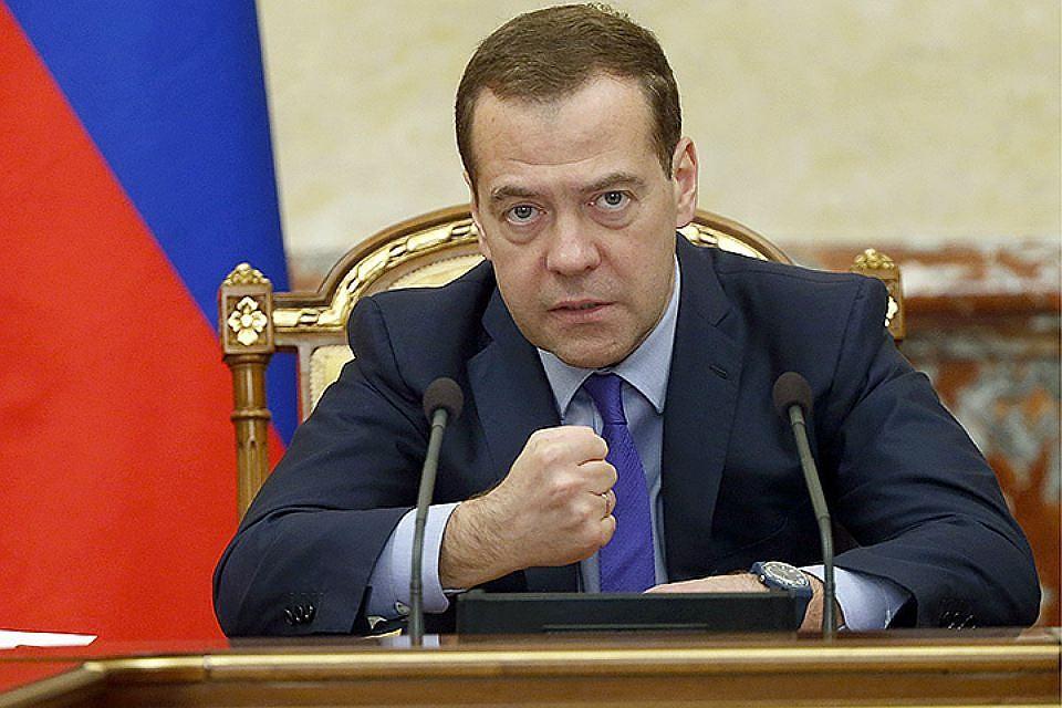 Медведев поручил освободить учителей от ненужной писанины