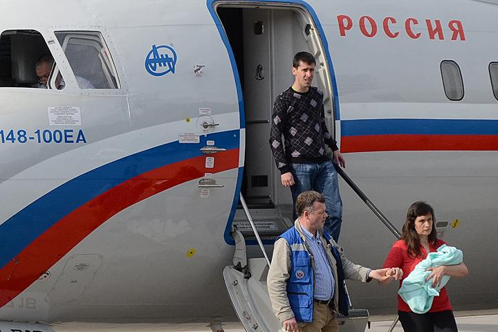 Журналисты Виталий Диденко и Елена Глищинская в аэропорту Внуково.