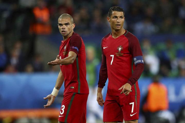 Пепе и Роналду были озадачены игры Исландии. Фото: uefa.com