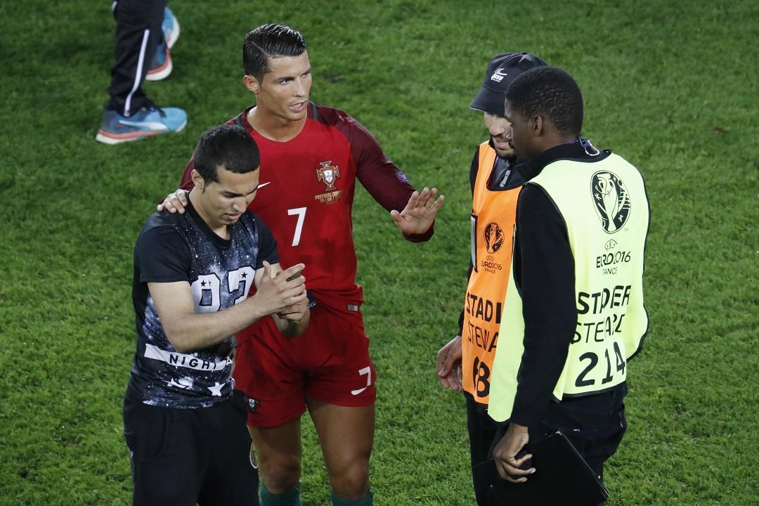 Роналду защитил фаната от стюардов
