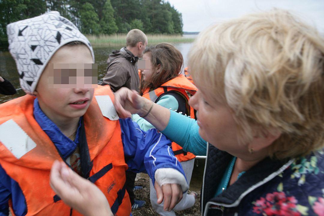 Девчонки и мальчишки до сих пор находятся в шоковом состоянии. Фото: Игорь Подгорный/ТАСС