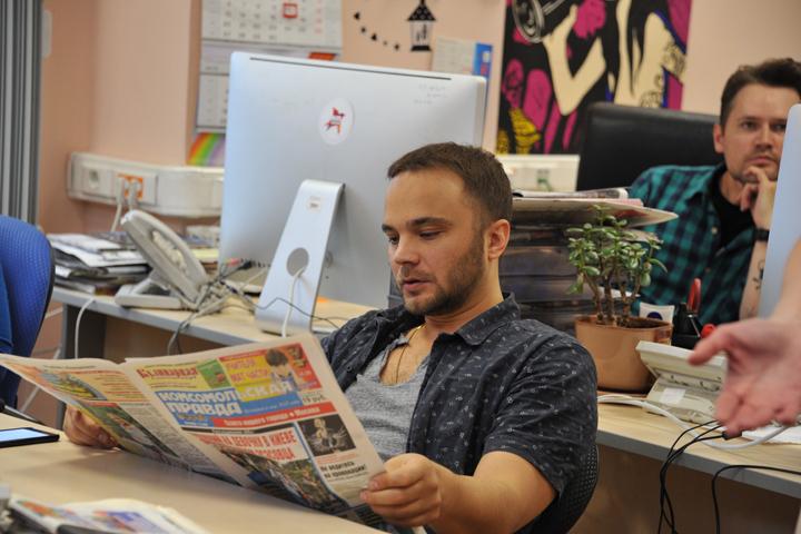 В паузах между съемками Андрей Чадов с увлечением читал «Комсомолку».