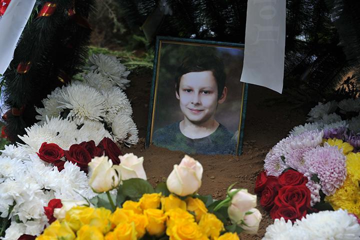 Могила Дениса стала единственной из трех, где не поставили деревянный крест