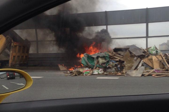 Водитель самосвала разгрузил мусор прямо на дорогу Фото: Серега Астапенко (ДТП и ЧП)