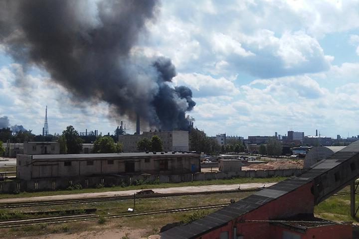 """Пожар на """"Полимире"""" ликвидировали только на третий день. Фото: социальные сети."""