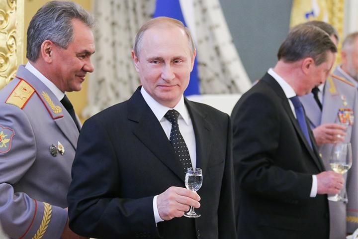 После завершения торжественной части президент поднял тост за «наших доблестных офицеров». Фото Михаил Метцель/ТАСС