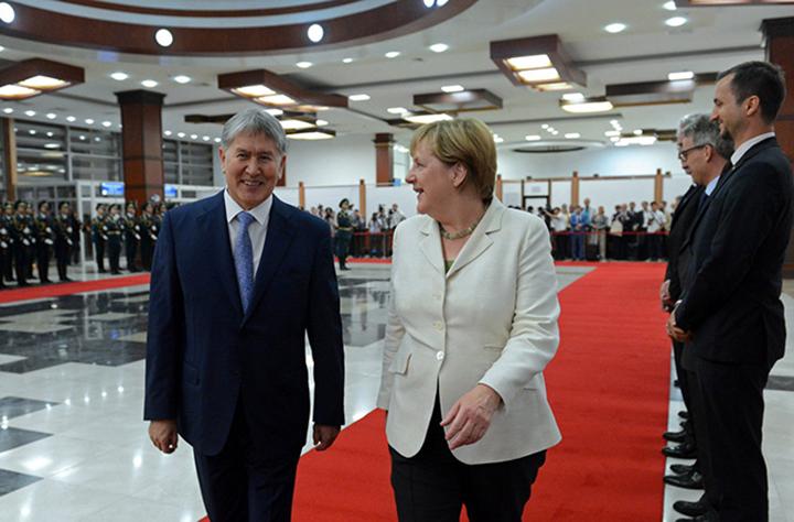 Президент Киргизии назвал визит Меркель поддержкой демократическому пути развития страны