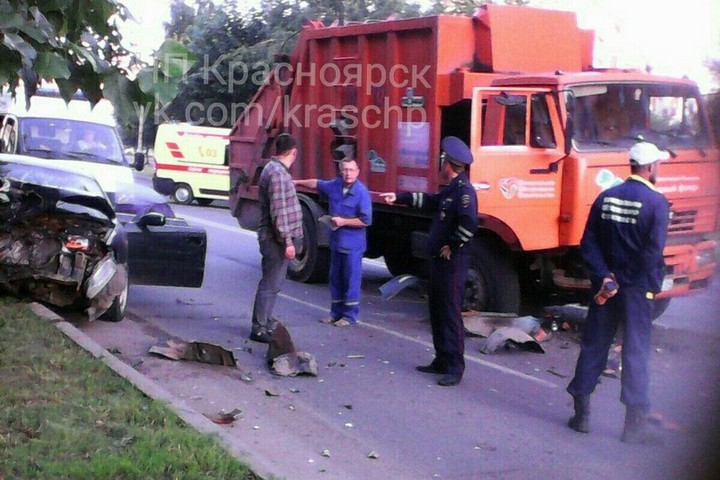 Тоёта превратилась вгруду металла после столкновения смусоровозом вКрасноярске
