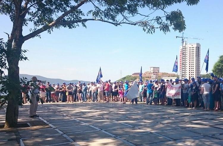ВоВладивостоке докеры вышли намитинг против увольнений впорту