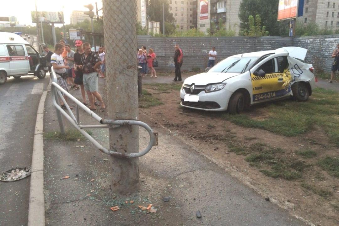 ВПерми при столкновении автобуса итакси ранены три человека