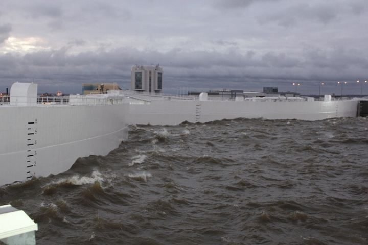 Попавший вшторм катер сдетьми спасают вФинском заливе