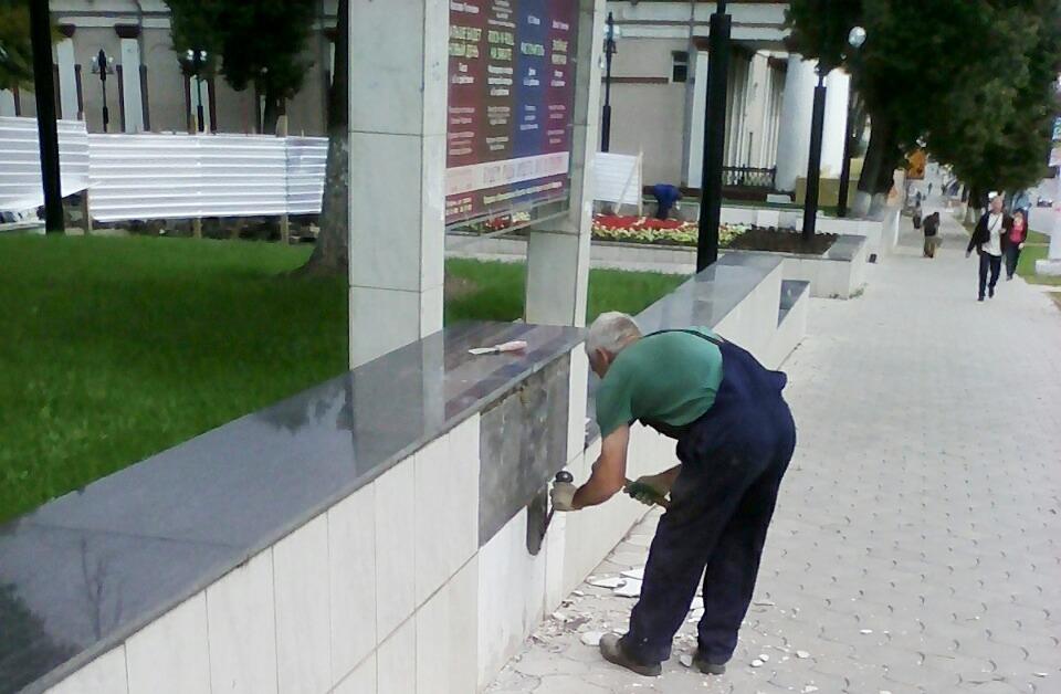 Ремонт фонтана около Тульского драмтеатра продолжается