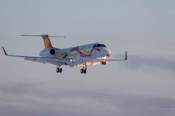 Джеки Чан на своем авиалайнере приземлился вНовосибирске