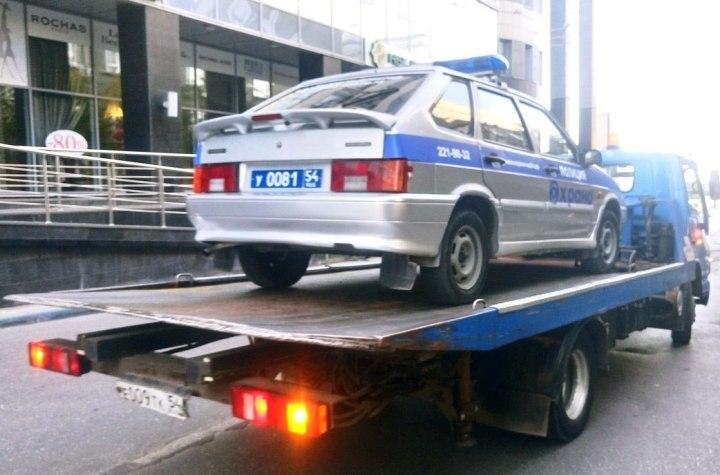 Эвакуатор попытался увезти наштрафстоянку автомобиль милиции
