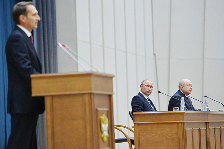 Вряд ли разведчикам нужно было специально представлять Сергея Нарышкина, но формат мероприятия этого требовал. Фото: Алексей Дружинин/ТАСС