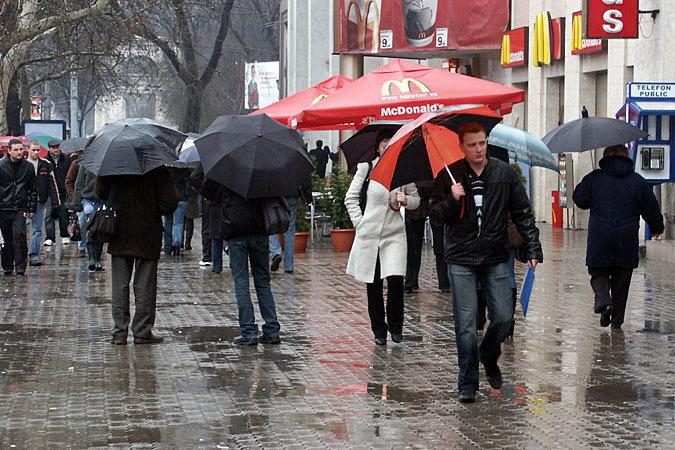 Утепляйтесь и берите с собой зонтики!
