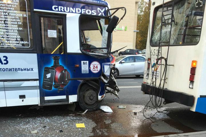 """Водитель маршрутки не заметил троллейбус, стоящий на остановке. Фото: """"ДТП и ЧП"""" Вконтакте"""